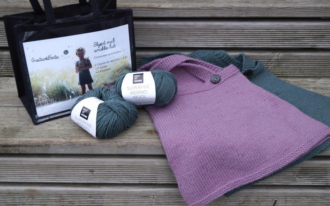 8a8a0aa9 Garnpakke; strikkeskjørt med smekke bak - Gustav & Berta