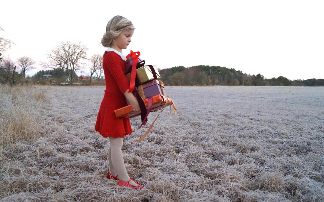 Strikket julekjole til festklare jenter