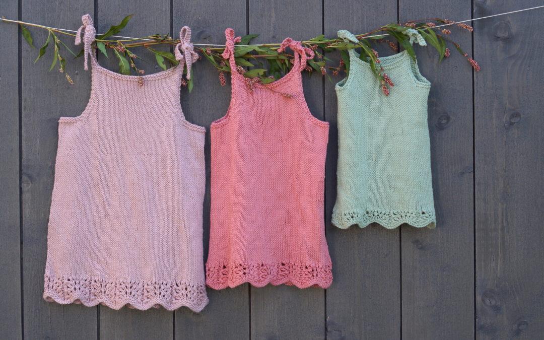Strandrose strikkekjole med stropper
