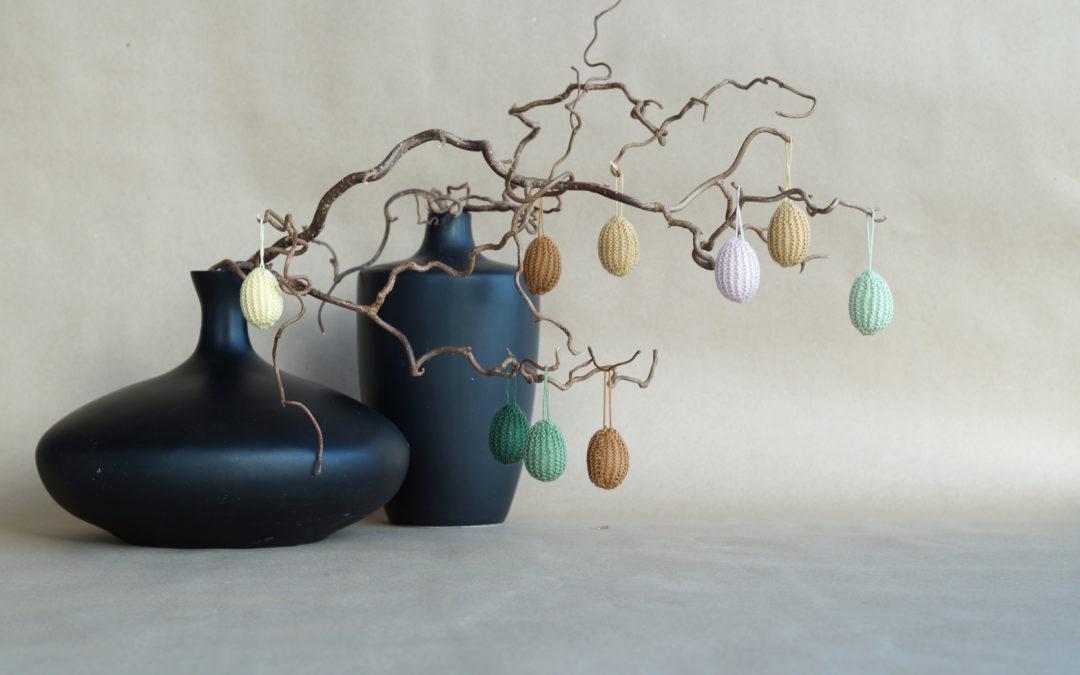 Rillestrikkede egg,- det perfekte restegarnsprosjektet